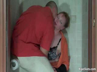 muscled bodybuilder grabs poor mature babe part3